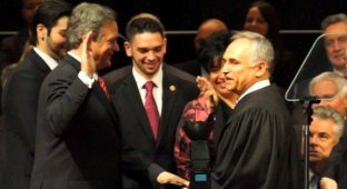Американский политик принял присягу на iPad