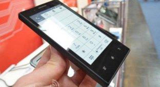 Смартфон с «электробумажным» экраном Midia InkPhone работает до двух недель в автономном режиме [видео]